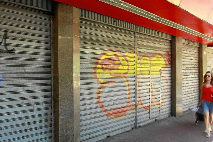Lojas Fechadas de rua com portas fechadas