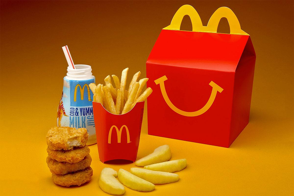 Identidade Visual do McDonalds é tão conhecida que, se deixássemos só a caixinha do Mc Lanche Feliz, você também saberia que faz parte da marca. Afinal, a alça da caixinha também faz alusão ao símbolo gráfico da marca.