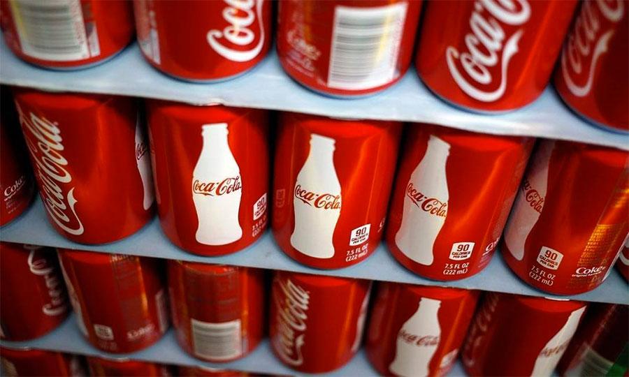 Identidade Visual para a Coca Cola é algo sagrado. Eles mantém o mesmo lettering, a fonte da marca, e a mesma cor há décadas.