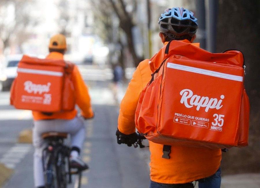 A Rappi sabe o que é identidade visual, usando o mesmo padrão de cores no aplicativo e nas bags dos motoboys